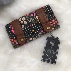 I'm selling this super cute floral wallet